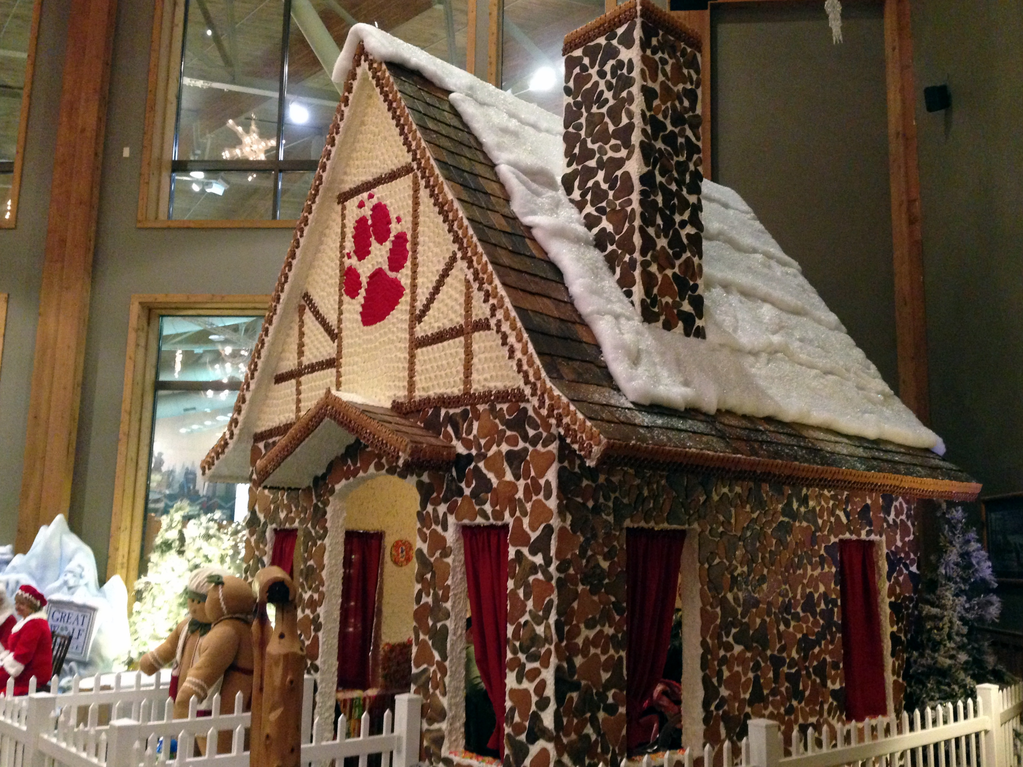 Swell This Amazing Gingerbread House Is Big Enough For A Family To Download Free Architecture Designs Rallybritishbridgeorg